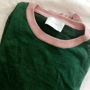 Neo noir strik - brugt en gang. grøn med lyserøde detaljer