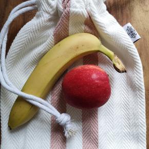 Fine madposer i bomuld. På den skole hvor jeg arbejder, bliver der smidt Ca 2000 fryseposer ud hver eneste dag. Med frugtposer/madposer kan vi være med til at nedbringe brugen af plastik væsentligt.  Poserne måler 23*30 cm - kraftig bomuld, så den er meget slidstærk og kan vaskes på 60grader.  Fås med lyserød og grå-grøn stribe. Super fine og nemme at lukke.