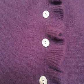 Fin cardigan fra engelsk John Lewis i 100% cashmere . I den bedste ende af godt men brugt uden huller, pletter, fnuller eller lign. En UK 10 der svarer til en dk 36. Mål Brystmål: 43 cm på tværs fra armhule til armhule+strech, dvs 86 cm i omkreds+ strech. Længde: 56 cm fra nakken og ned. Søgeord: lilla cardigan flæserncashmere strik knit kashmir trøje blusenlangærmet sweater volanter ruffles