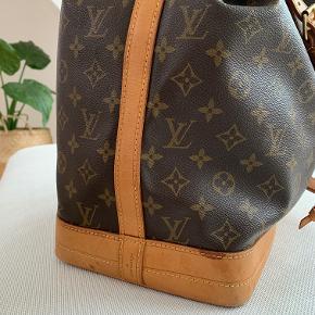 Sælger min fine Louis Vuitton Noé taske (den store model), da jeg ikke bruger den som ønsket.   Tasken er købt i Maj 2019 hos Cph Brandshop. Ægthedsbevis medfølger, hvis det ønskes :-)   Jeg har selv brugt tasken meget få gange og er derfor stadig i rigtig flot stand! Kun få brugstegn og en lille skramme i bunden af tasken - dette kan nok reduceres med lidt læderfedt, hvis det ønskes :-)   Jeg vil med glæde sender, men på købers regning og eget ansvar. Du er også velkommen til at hente på Østerbro, København.