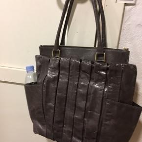 Super luksus taske i unik design, det har været meget dyr og solgte ikke til den ønskede pris, men lægger bare og sælger billigt for 300 kr. plus porto.