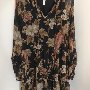 Blomstret kjole i gennemsigtigt stof - med sort underkjole. Brugt 1 gang