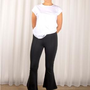 """Skønne elastiske bukser med svaj for neden, modellen hedder """"Orlando pant"""" og er almindelig i størrelsen. er ubrugt og stadigvæk med mærke i.  Materiale: 67% viskose 28% polyamid 5% elastane  Jeg bytter ikke, respekter venligst dette. Samtidig betaler køber gebyr ved tshandel (sælger og køber)"""