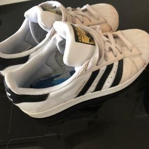 Adidas sneakers, for stand se billeder. De er kun brugt få gange  Adidas superstar