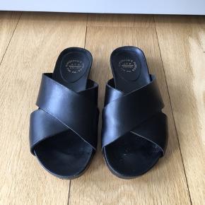 Minimalistisk og cool sandal fra det svenske brand ATP ATELIER.   Materiale: Vegetabilsk garvet læder.  Håndlavet i Italien.   Normalpris: 1.500 kr  Nu SUPER SKARP pris: 300 kr