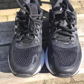 Brugt to gange, lille løbetur. Ny pris 1500  GEL-Nimbus 21 er Asics' topsko, når det kommer til neutrale langdistancesko. Og den nye model er ekstra slidstærk og har GEL i forfoden, der sikrer fleksibilitet, mens skoen har en mere rummelig skosnude, der giver bedre plads til storetå og fodballe. Og når du bevæger dig afsted på løbeturen, tilpasser skoen sig dine bevægelser og sidder perfekt på foden. Skoens overdel er fremstillet med 3D-print og i to lag jacquard-mesh. Det resulterer i førsteklasses komfort, super åndbarhed og i store træk en utrolig lækker løbesko.  Letvægtssko med super støddæmpning GEL-NIMBUS 21 er en utrolig let sko, der giver et bedre og mere fjedrende afsæt. FlyteFoam Lyte-mellemsålen er i den nederste del af sålen. Det har et nanofiberdesign og virker konstant stødabsorberende, mens FlyteFoam Propel – den øverste mellemsål – har en fantastisk fjedrende effekt ved nedslag. Der er strategisk placeret GEL-teknologi på de områder, der oplever hårdest belastning – både i forfoden og i hælen. Det reducerer stød og skåner kroppen. Og på de lange distancer får du brug for den overlegne stødabsorbering.
