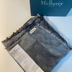 Rigtig fint mulberry tørklæde 140x140 cm. Brugt meget få gange og fejler intet. Kvittering og pose haves stadig.