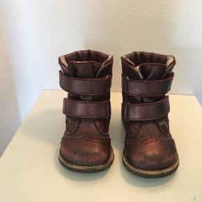 Skøn kvalitets vinterstøvle fra Angulus med Velcro bånd. Brugt, men kun af et barn og fremstår med få brugsspor. Klar til ny lille fod. Indvendige mål: 15,1 cm.  BYD!