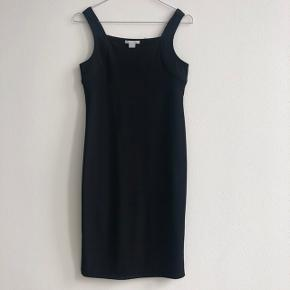 Fin stram kjole fra H&M. Den er købt i mama afdelingen men jeg er normalvis en xs-small, og den passer mig fint. Stoffet er stretch og kjolen kan derfor passes af mange.