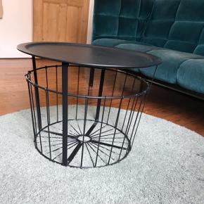 Fint sofabord med aftagelig bordplade og opbevaringrum. Kan afhentes i Aarhus C. BYD!