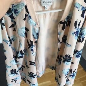 Varetype: Kort Størrelse: 44 Farve: Lys Rosa Oprindelig købspris: 350 kr.  Flot cardigans/jakke som ikke er blevet brugt. Den er lavet af polyester.  Jakken er en 44-46.