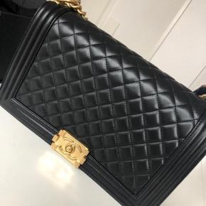 Den smukkeste Chanel Boy i new medium sælges! Den er aldrig brugt, og i perfekt stand.  Den har få skræmmer indvendigt i flap-delen, i forbindelse med åbning af tasken. (Dette kan ikke indgåes, da det er lammeskind) Tasken er købt i Dubai, og ALT medfølger - også Chanel posen. Størrelsen er 28 x 18 x 9 cm. Skriv hvis du oprigtigt er interesseret, så sender jeg også gerne flere billeder. :-) Denne størrelse bliver ikke længere produceret, så den er yderst sjælden.  Tasken befinder sig i Århus, men jeg skal til København d. 13-15 november, så der er mulighed for at arrangere et møde ved interesse.