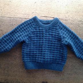 Varetype: Baby Størrelse: 2-4mdr Farve: Petrolblå Denne vare er designet af mig selv.  Super lækker trøje Håndstrikket i merinould. Den passer fra 2-7/8 måneder.  Den kan også bestilles i andre størrelser, se også alt mit andet babystrik.
