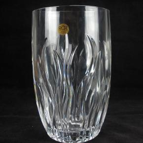 Brand: RCR Varetype: Smuk Italiensk Krystal Vase Størrelse: 23 Farve: klar  Smuk tung italiensk krystal vase fra RCR.  Vasen måler 23 cm i højden og vejer lidt over 2 kilo.  Standen er stort set som ny og den sælges i original æske.  Kan sendes for 45 kroner.  Ingen byttehandel tak