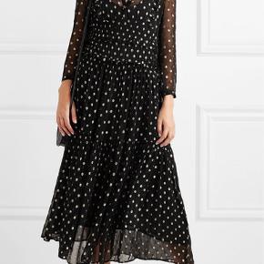 Smuk kjole, brugt en enkelt aften. Str. 40, vil passe en dk 38 eller lille 40. Pris 1100 inkl.