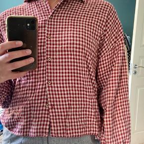 Ternet skovmandsskjorte fra PULL&BEAR. Brugt højst 5 gange.  HUSK at kigge om der er flere ting fra min shop, du skal have med❣️ Lige nu har jeg en del fine ting, til lave priser💖💖💖💖