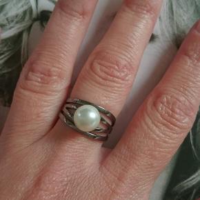Ringen er justerbar i størrelsen.