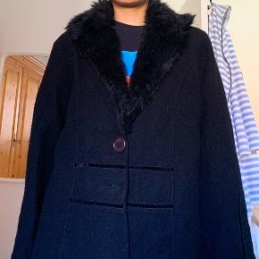 Fin frakke med faux pelskrave købt i en genbrug, men jeg har aldrig selv brugt dem. Fra mærket Ciso
