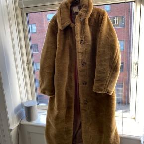 Fin pelsjakke fra H&M.  Aldrig brugt🤍 bud ønskes