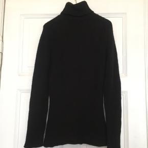 Fin sort sweater i 100% cashmere fra Månestråle . Brugt, men uden huller, pletter, fnuller eller lign. En str. 2, tjek mål for en sikkerhedsskyld. Brystmål: 45 cm på tværs fra armhule til armhule, dvs 90 cm i omkreds. Længde: 63 cm fra skulder og ned. Søgeord: cashmere kashmir Black sort bluse strik sweater turtleneck højhalset rullekrave varm trøje strikket knit klassisk