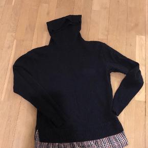Varetype: Rullekrave Farve: Blå  Superfin bluse med høj hals og fin detalje forneden foran. Kun brugt få gange og fejler intet!  Mængderabat gives.