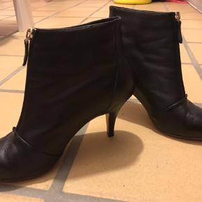 Sargossa Zipit Nappa i blødt sort skind  Klassisk sort støvle med lynlås. Den passer til enhver anledning og går aldrig af mode.  Sargossa er kendt for at designe lækre og behagelige sko som ikke giver smerter i fødderne, og denne er meget behagelig.  Materiale: Nappa Hæl: 7cm Almindelig i størrelsen  Stylenavn: Zipit Nappa