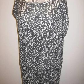 Varetype: tunika / kjole Farve: se billede  Bm 2x61 cm. Længde 83 cm