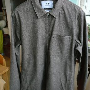 """ZIP skjorte i grå med let brunlig nuance, lavet i """" fine Italian fabric"""" ren bomuld, lækker blød og kraftig kvalitet. Kan f.eks. bruges som overskjorte eller let jakke.   Mp 650"""