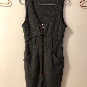 Alexander Wang Spencer kjole som sidder perfekt grundet det flatterende snit og det stretchy stof