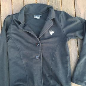 Fin sort Hummel jakke-bluse med palliet humlebi på ryggen.