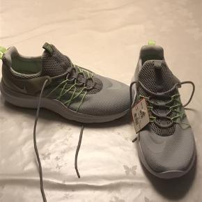 Nye nike sko. Købt for 829,95.