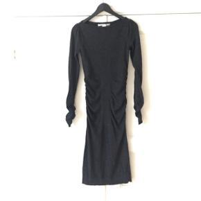 NY PRIS!!!!   Den allersmukkeste DVF kjole i uld/merino uld, elastan. Sidder gudesmukt og giver en flot timeglasfacon med lidt rynket effekt i ærmene og i taljen. Farven er en mørk koksgrå. Str er en small og passer fint en 36-38. Kan dresses op og ned med farvestrålende accessories og bruges året rundt, som på billederne med bare ben og en frakke, lange strømper, eller til efterår under skinny jeans, med strømpebukser osv. Nypris var 3.999kr. Kom med bud. (Jeg giver gerne rabat ved køb af flere ting🙏Bytter dog ikke. )