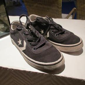 Flotte Converse All Star sneakers, GMB men, som billederne viser, er de i en rigtig god stand. Bemærk det er ikke lærredssko.  Portoprisen er som pakke uden omdeling.  Sneakers Farve: Sort