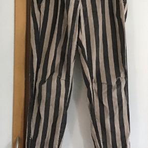 Lækre bukser fra Gustav. Bomuld, elasthane. Livv. 78 cm. Skridtlængden 73 cm. Lynlås nederst i benene.