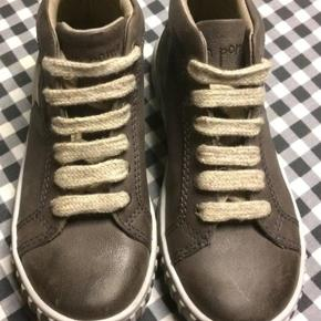 Nye pompon sko med snøre.  Aldrig brugt