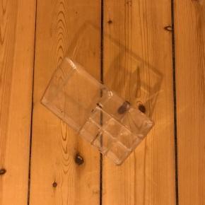 Plexiglas beholder til opbevaring af smykker, makeup og andre småting. Brugt et par år, så derfor er den en smule ridset 🌼