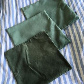 3 stk pudebetræk i grønt velour De 2 store er købt i IDEmøbler og det lille er fra H&M❤️ Prisen er for alle 3 stk👏 Kan sendes med DAO mod betaling📦