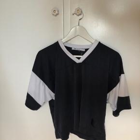 Cool helmut lang t-shirt, næsten aldrig brugt - bud velkomne