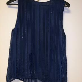 Sæt, top og nederdel  Nederdel talje 78 / længde 50 Top skulder ned 59  Mørkeblå med sølv tråd