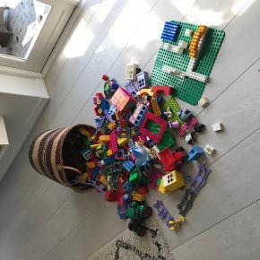 Lego Duplo, kæmpe pakke med en masse forskellige pakker samlet.  Sælger alt mit duplo. Der er mange ting bl.a 2 x komplette togbaner, zoo park, frost, tog som kan kører selv. en masse masse klodser til at bygge og en fun park/legeplads. det hele er samlet men der mangler ikke noget. et kæmpe sæt duplo til en værdi af 3500 kr  alt fået for 1100 fejler intet