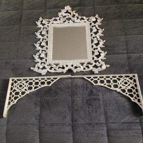 Romantisk spejl og hyldeknægte i smedejern.