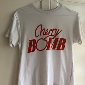 Sød Ganni Cherry Bomb T-shirt  ✨Ingen store tegn på slid  ✨Størrelse small/medium