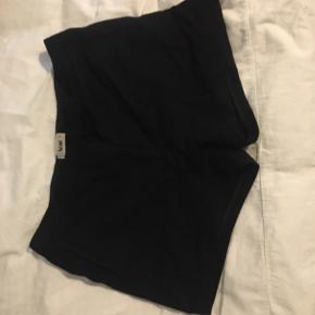 Shorts fra Acne, de er små i størrelsen. Passer en str 36 😀 100% wool