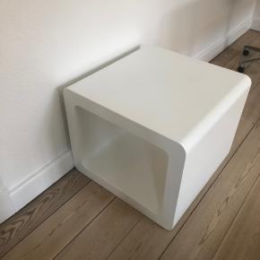 Flotdesignbord(kenderikkemærket),harendelbrugssporogsælgesderforbilligt.Måler60xmbred,60cmdybog50cmhøj.