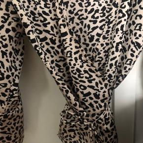 Super fin wrap trøje, med leopard print. Købt til ca. 300 mp 100 kr:)