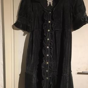 Lækker kjole i bomulds velour. Str 1.  Mange fine detaljer.