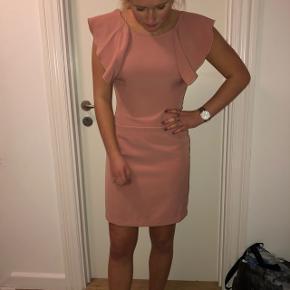 Utrolig fin kjole  Np: 500  Tager med glæde imod alle bud - så byyyd Mødes hellere end gerne med købere🤩