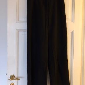 Pæne, sorte bukser i 50% uld fra Nué Notes. Brugt en enkel gang.