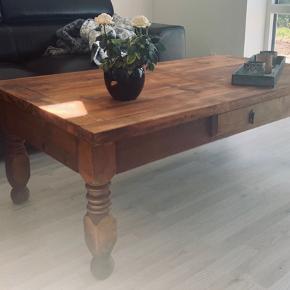 Super flot og ældre sofabord i træ sælges! Købte selv bordet for ca. 4300 kr og det knap 1 år siden vi købte den. Nu har vi bare set os varm på en anden.  Mål: Længde - 140 cm Bredde - 79 cm Højde - 50 cm  Kom evt med et seriøst bud..