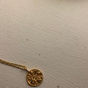 Renina halskæde fra Maanesten. Sterling sølv (925) belagt med 18 karat guld i blankt poleret finish.   Længde: 45 cm  Få tegn på brug bag på smykket (se billede) ellers fejler det ingenting. Maanesten æsken hører med i prisen.   Jeg sender ikke flere billeder